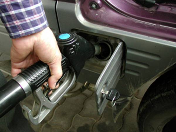 De ieri benzina costă mai mult în România decât în Austria
