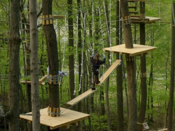 Parc de aventură la poalele Retezatului: tiroliene şi arcuri cu săgeţi