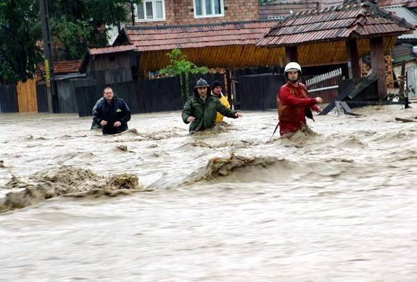 Peste 10.000 de oameni au fost evacuaţi, în Moldova, din calea apelor. Se anunţă alte inundaţii