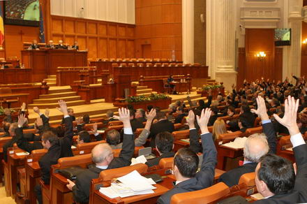 Coaliţia comasează alegerile şi vrea 388 de parlamentari