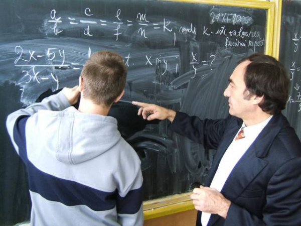 516 candidaţi pentru un post de profesor