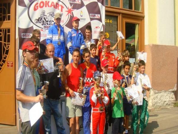 Decernarea premiilor şi şampaniei pentru invingătorii concursului de karting