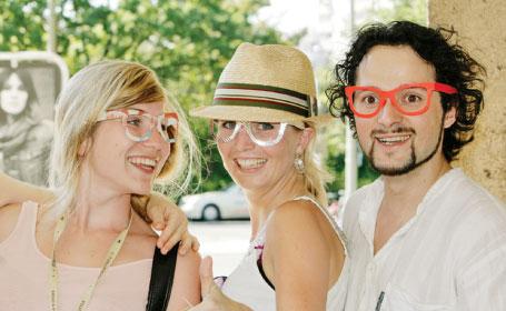 Un tânăr român a devenit celebru la Berlin după ce a lansat moda ochelarilor de carton
