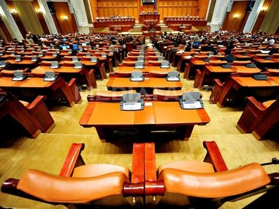 Deputaţii aflaţi în arest primesc în continuare bani de la Parlament