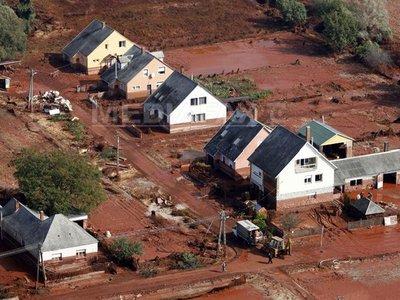 Satul ungar Kolontar, evacuat de teama unei noi inundaţii cu noroi roşu.