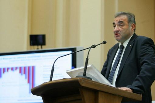 Georgescu, BNR: Este imoral să faci datorii să plăteşti salarii şi să iei X5 şi plasme în comune