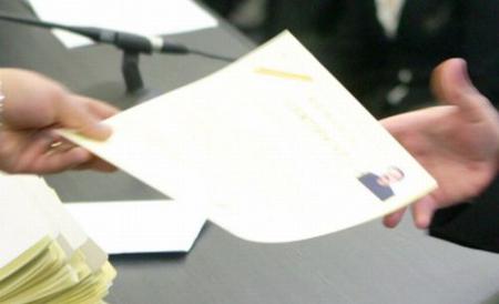 Peste 12.000 de persoane au renunţat la cetăţenia română în favoarea celei maghiare