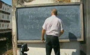 Un profesor din Bacău dă meditaţii online, pe videoblogul său, dintr-o stupină: Are 20.000 de elevi