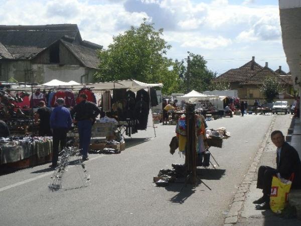 Asfaltarea din Piaţă mută comercianţii în stradă
