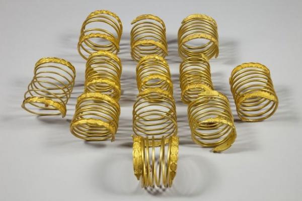 Brăţările regale dacice de aur de la Sarmisegetusa poposesc la Satu Mare