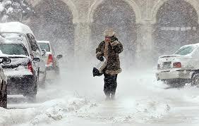România, sub zăpadă: Zeci de oameni izolaţi sau blocaţi in maşini, şcoli şi drumuri închise