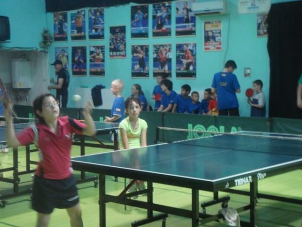 Intreceri sportive la tenis de masă şi fotbal de zilele orasului