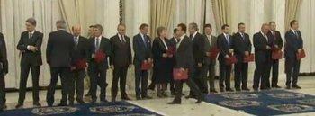 Băsescu a ezitat să dea mâna cu Marga, la jurământul Guvernului Ponta