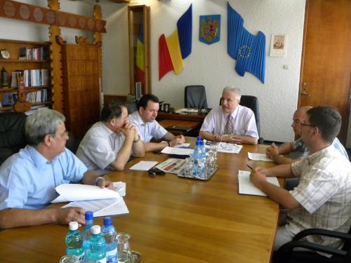 Prefectul Eugeniu Avram analizează stadiul implementării proiectelor cu finanţare europeană în judeţul Satu Mare