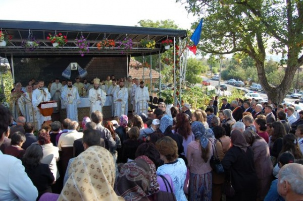 Preasfinţitul Iustin Sigheteanu în mijlocul credincioşilor