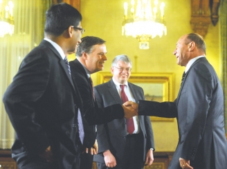 FMI: Traian Băsescu putea să nu taie salariile şi pensiile