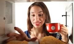 Cum îţi distruge mâncarea cuptorul cu microunde