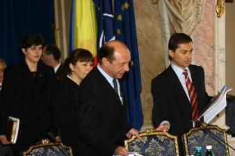Procurorii lui Băsescu îi scapă pe jefuitorii Bugetului Naţional