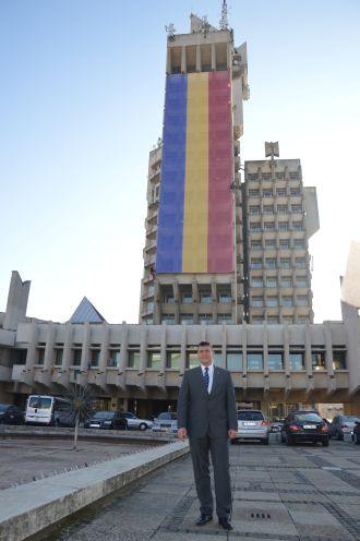 Preşedintele Ştef împarte gratuit 100 de steaguri