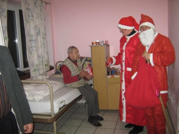 Moş Nicolae a poposit şi la Centrul Social Carei