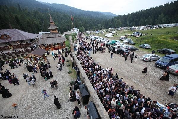 Zeci de mii de pelerini la înmormântarea celui  mai iubit  duhovnic