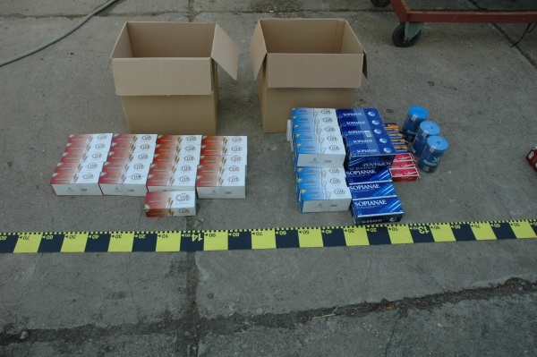 Ţigări de contrabandă ascunse sub contraaripile unui automobil