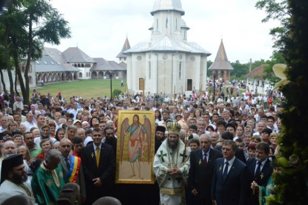Mii de pelerini la Hramul Mănăstirii Scărișoara Nouă