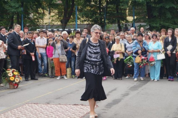 Prof.Magdalena Nicolcescu,tânără pensionară după 36 de ani petrecuţi la acelaşi liceu