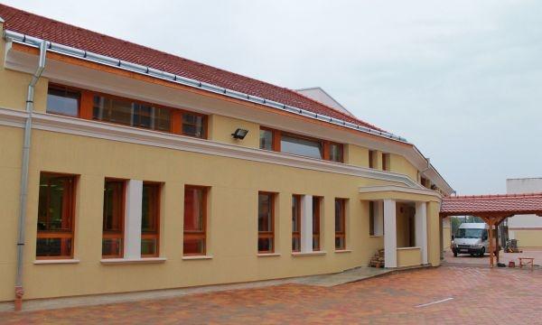 Oficialităţi din Ungaria la sfinţirea  noii clădiri a Liceului Teologic Romano-Catolic din Carei