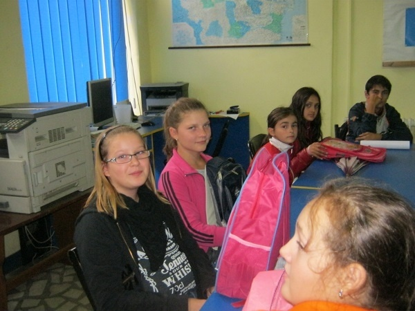12 copii incep scoala cu  ghiozdane noi