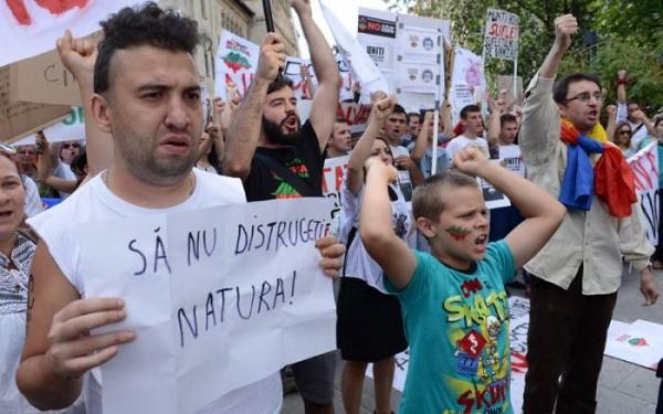 Proteste în toată ţara.Opriţi asediul Roşiei Montane!, România fără cianură!