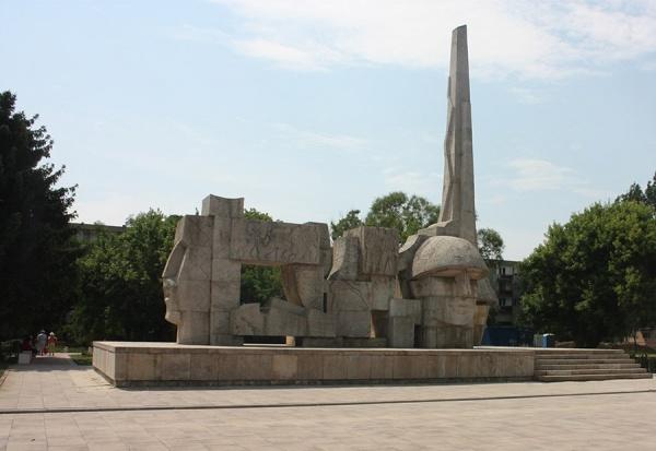 Pe cine deranjează Monumentul Ostaşului Român ?