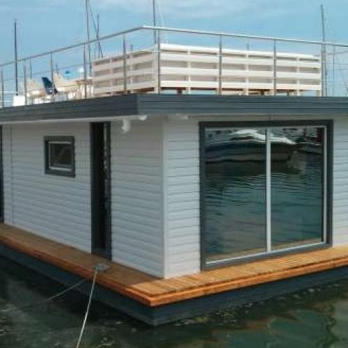 Case plutitoare la malul mării