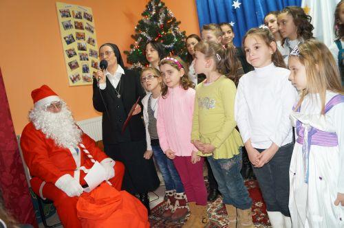 Moş Crăciun a poposit la Centrul  de zi pentru şcolari Speranţa