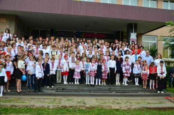 Lacăt pe școlile românești din Ucraina! Minoritățile din România au dreptul la școli