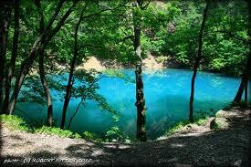 Lacul Albastru – singurul lac din ţară care îşi schimbă culoarea în funcţie de lumină