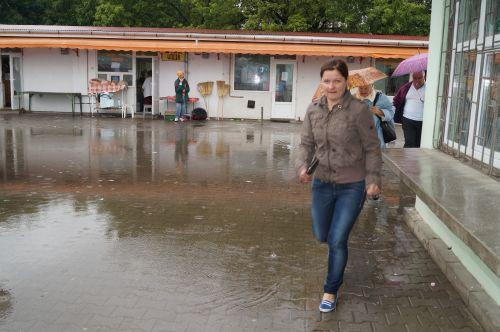 Tratament estival careian:Băi de picioare şi şantaj  într-un ambient expoziţional cu mărfuri second