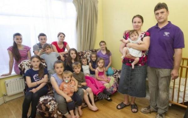 Povestea familiei de români cu 15 copii care a scandalizat Anglia vs.povestea  familiei cu 16 membrii în 2 camere care nu scandalizează pe nimeni în mun.Carei  din România