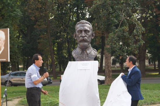 """Bustul regelui Ferdinand între """"nu forţaţi"""" şi existenţa unui """"perimetru al busturilor româneşti"""". Autorul,ignorat"""