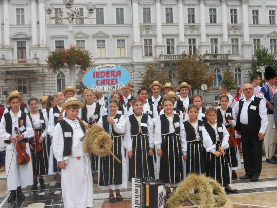 """Ansamblul Iedera cucereşte trei locuri I la Festivalului internaţional de folclor  """"Aşa-i jocul pe la noi"""""""