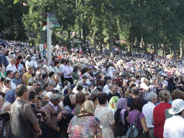 Zeci de mii de credincioşi în pelerinaj la Nicula, la icoana făcătoare de minuni
