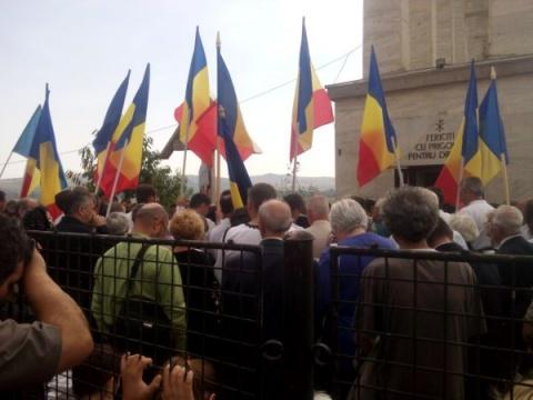 Peste 500 de persoane au luat parte la comemorarea deţinuţilor politici exterminaţi de regimul comunist, de la Aiud