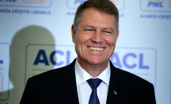 Preşedintele Iohannis nu se dă în lături de la a cânta Imnul României