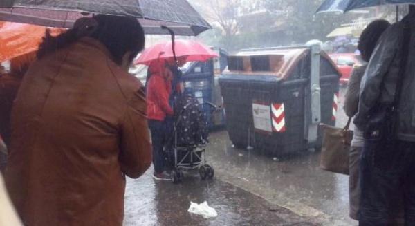 Situaţie tensionată în Italia, mii de români la cozi scandează în ploaie împotriva Guvernului