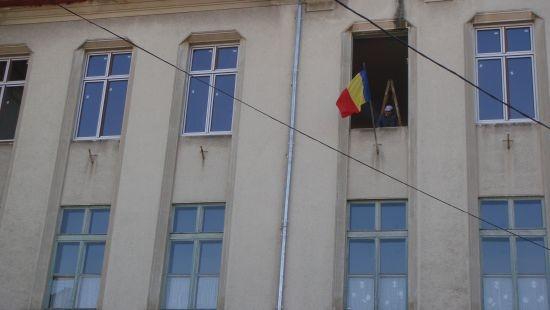 Cum schimbă presa  geamurile de la şcoli