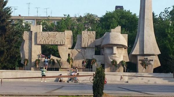 Primarul încurajează transformarea unui monument românesc în loc de joacă