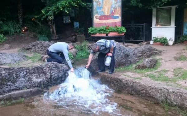 Puterile miraculoase ale apei de la Mănăstirea Izbuc. Izvorul, unic în Europa