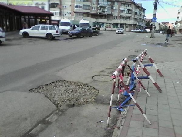 Cititorii Buletin de Carei astupă gropile din asfaltul proaspăt turnat