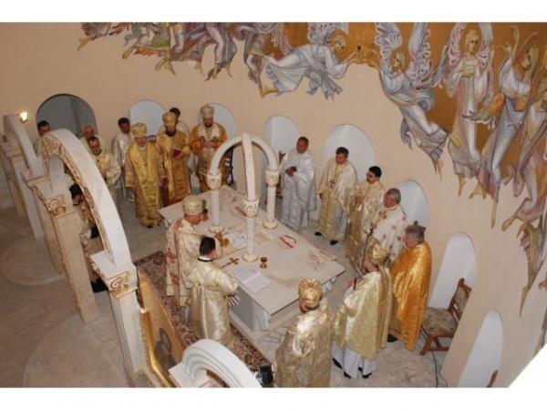 PS Episcopul Virgil la Biserica Sf.Apostol Andrei din Carei. Sfinţirea catargului cu drapelul României