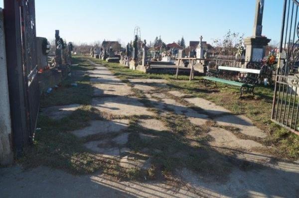 Careienii români cer ajutorul celor maghiari pentru a sensibiliza primarul Kovacs să asfalteze aleile din cimitir